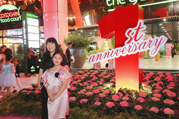 Khách tham quan ấn tượng với dàn tú cầu được bày trí như chiếc bánh sinh nhật bằng hoa khổng lồ.