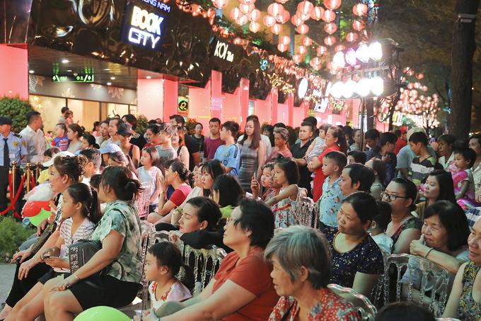 Chương trình diễn ra trong không khí sôi động và náo nhiệt khi nhận được sự cổ vũ nhiệt tình của đông đảo khán giả.