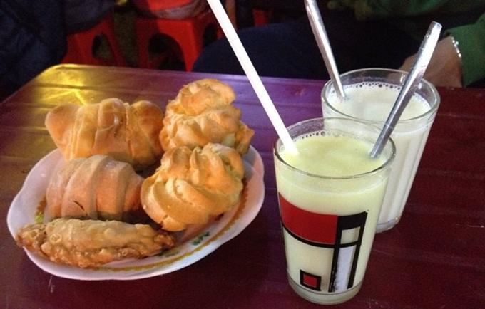 Xếp hàng rồng rắn trước tiệm sữa đậu nành Đà Lạt bán hàng trăm ly mỗi đêm