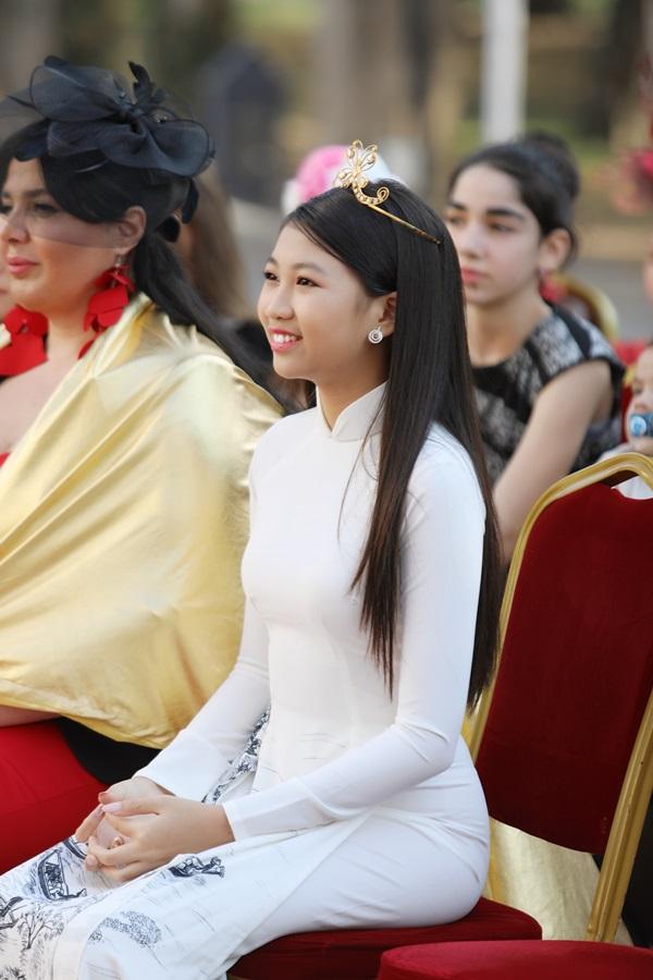 Tại lễ sắc phong, Ngọc Lan Vy được khen duyên dáng trong chiếc áo dài của NTK Thuận Việt. Thiết kế này từng được Hoa hậu H Hen Niê đấu giá thành công trong một chương trình từ thiện với giá 105 triệu đồng.