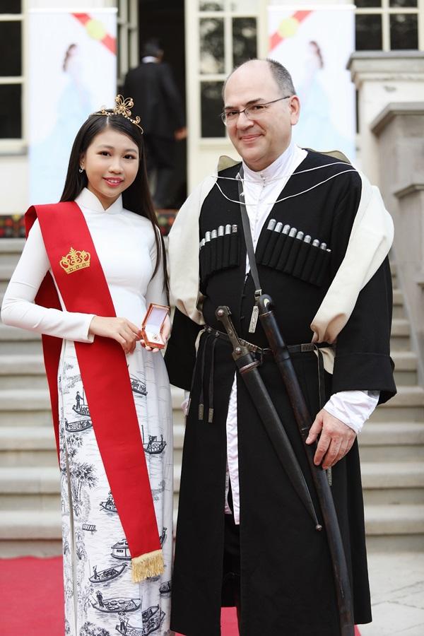 Ngọc Lan Vy cho biết: Em muốn đồng hành với chiếc áo dài trong những dịp quan trọng. Đây cũng là sự khích lệ, cỗ vũ của em tới chị H Hen Niê trong cuộc thi Hoa hoàn Hoàn Vũ thế giới sẽ diễn ra tại Thái Lan tháng 12 tới. Em hy vọng chị ấy sẽ thành công.