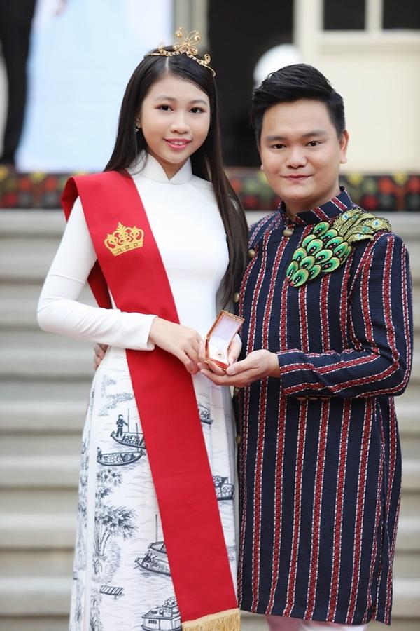Ngọc Lan Vy và nghệ sĩ, giám khảo quốc tế Trịnh Tú Trung - người dìu dắt cô bé - cùng thể hiện ca khúc We are the world trong sự kiện.