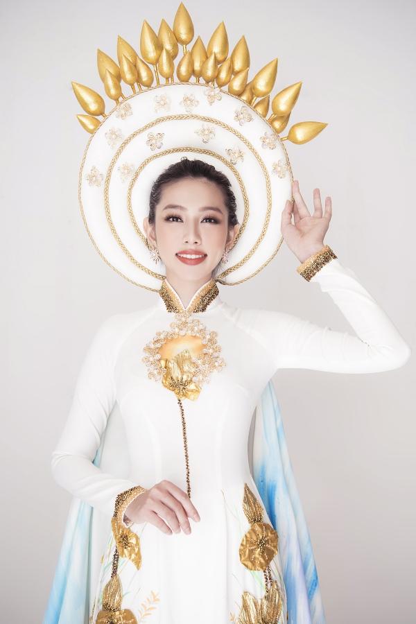 hình ảnh Trống đồng  nét khởi nguồn của văn hoá và cái nôi của người Việt cổ, hình ảnh của quốc hoa Việt Nam đưa lên tà áo Việt cách điệu bằng tông màu vàng đồng