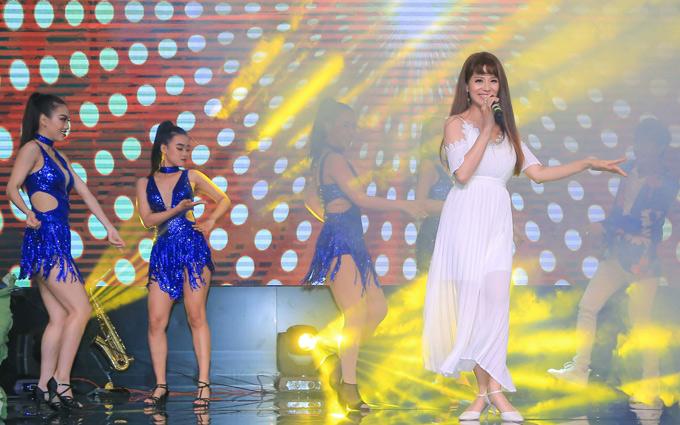 Á khôi Thể thao 1995 biến hóa với váy trắng, nhảy tưng bừng cùng dàn vũ công khi hát Dancing all night.
