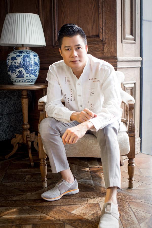 Quang Dũng nhận lời làm mẫu cho bộ sưu tập đầu tay dành cho nam giới của NTK Hà Linh Thư với tên gọi Anhs city - Thành phố của Anh. Loạt trang phục không có sự phá cách mà hướng đến hình ảnh đàn ông của thời hiện đại, năng động, trẻ trungnhưng vẫn lịch lãm.
