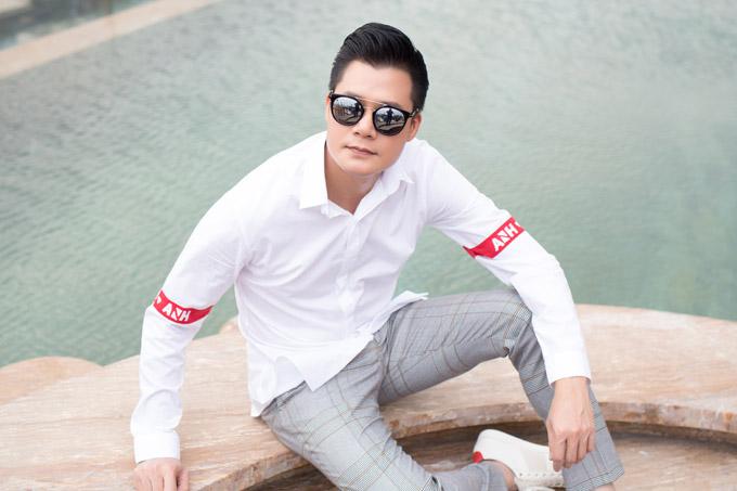 Áo sơ mi được phối cùng quần âu họa tiết kẻ và giày sneaker giúp ca sĩ Quang Dũng trở nên năng động hơn.