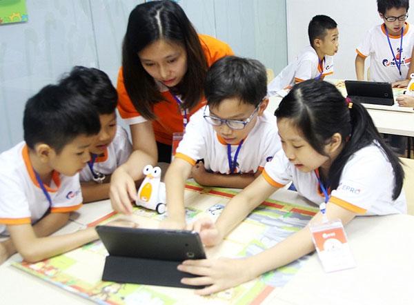 Máy tính bảng được sử dụng hỗ trợ quá trình học.
