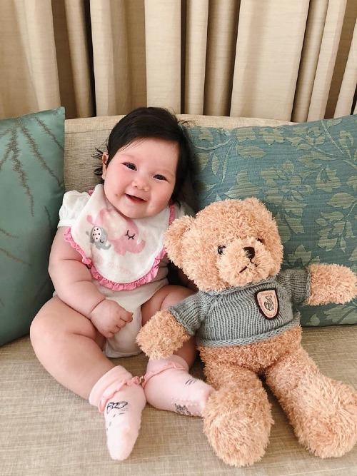 Con gái Hà Anh càng lớn càng đáng yêu. Myla được khen sở hữu má lúm đồng tiền giống ba và đôi mắt long lanh biết cười.