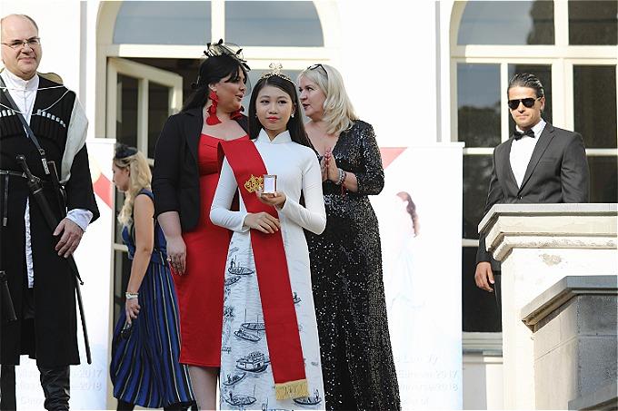 Sự kiện diễn ra tại lâu đài Chateau Mukhrani thuộc hoàng tộc Bagrationi. Ông Archil Beradze và bà Maya Tavadze - người sáng lập Universal Pruductions - trực tiếp trao danh hiệu cao quý cho mẫu nhí người Việt.