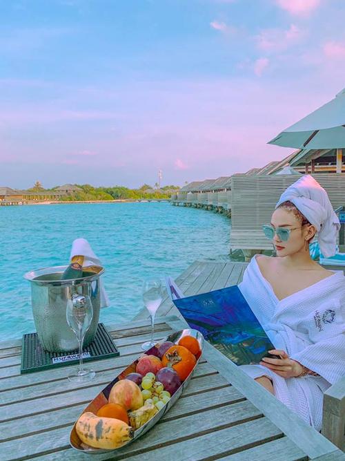 Maldives trở thành điểm nghỉ dưỡng quen thuộc của người Việt những năm qua, đặc biệt là các nghệ sĩ nổi tiếng. Mới đây nhất, ca sĩ Minh Hằng vừa có chuyến du lịch tới đảo quốc tiên cảnh này và chia sẻ rất nhiều hình ảnh cũng như cảm giác hài lòng.