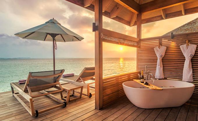 Nàng ca sĩ có thể thoải mái tận hưởng không khí mát mẻ, ngắm ánh chiều tà. Giá phòng Ocean Villa từ 1.600 USD trở lên (khoảng gần 40 triệu đồng một đêm). Đây là mức giá trung bình cho một căn phòng hạng sang ở Maldives.