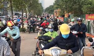 Người dân 'rồng rắn' dắt xe máy ngược chiều trên vỉa hè Hà Nội