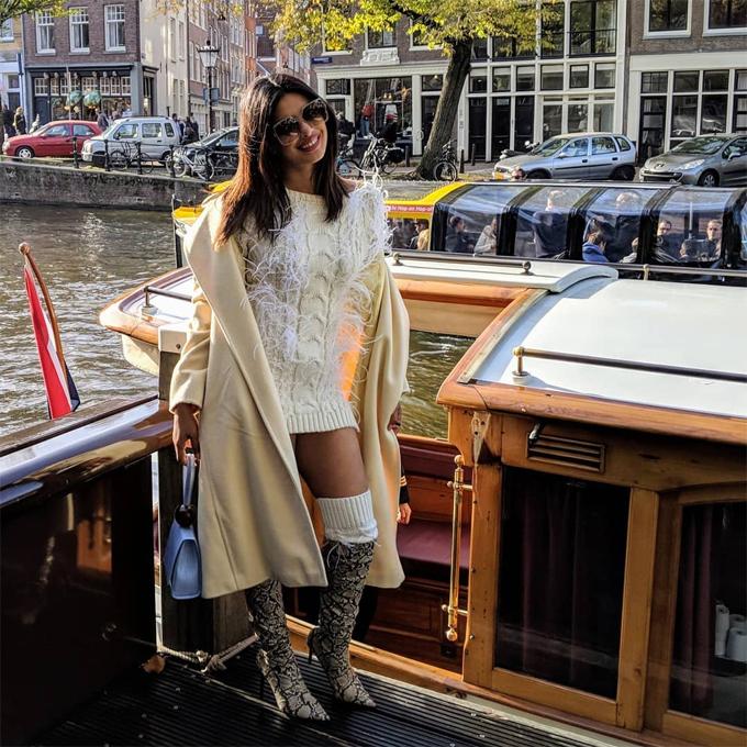 Priyanka Chopra sẽ lên xe hoa với Nick Jonas vào tháng tới trong lễ cưới tổ chức ở Ấn Độ. Trước đó, cặp đôi đã có lễ đính hôn theo phong tục Ấn Độ hồi tháng 8.