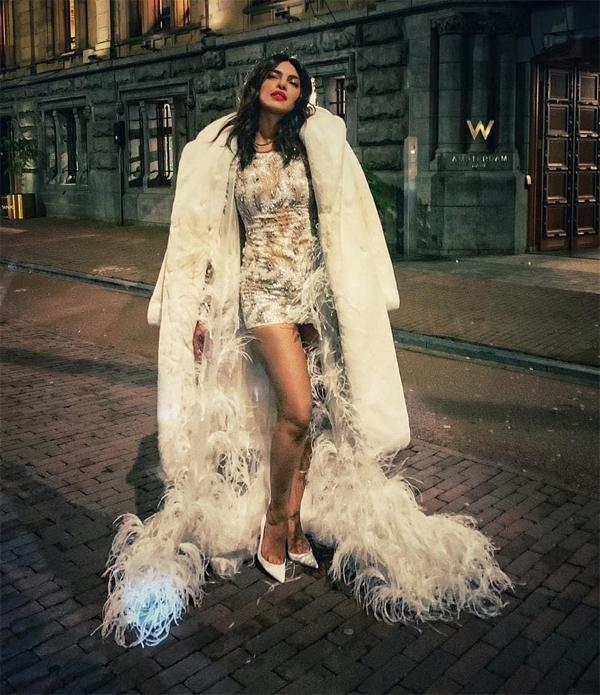 Priyanka Chopra chia sẻ loạt ảnh ăn chơi tưng bừng ở thủ đô Hà Lan vào cuối tuần qua. Hoa hậu người Ấn Độ diện trang phục lộng lẫy như bà hoàng khi tới bữa tiệc chia tay thời độc thân.