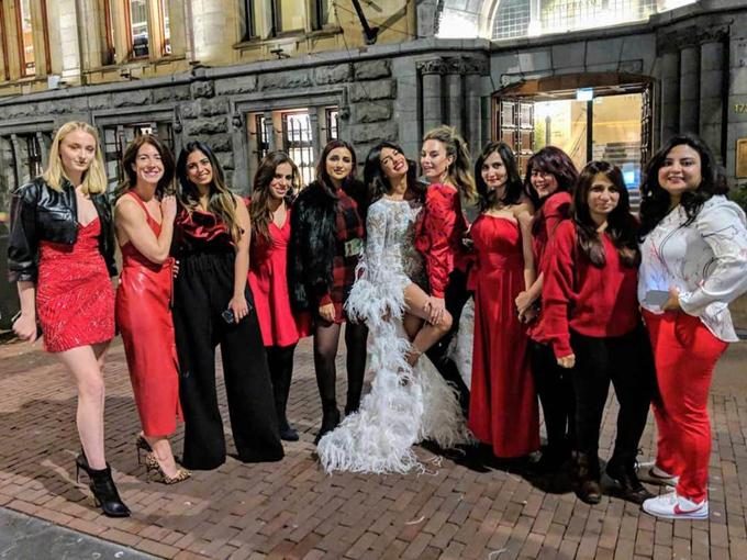 Priyanka khoe sắc bên các các cô bạn thân trên đường phố, trong đó có nữ diễn viên Game of Throne Sophie Turner (mặc váy caro đứng cạnh). Sophie Turner sắp trở thành chị dâu của hoa hậu bởi Sophie là vị hôn thê của ca sĩ Joe Jonas - anh trai Nick Jonas.