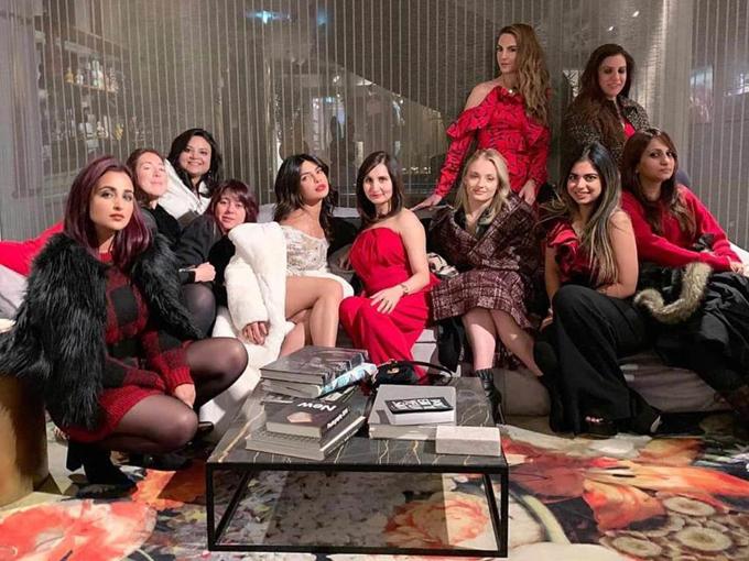 Hoa hậu sexy bên hội chị em, trong đó có nhiều người bạn ở Ấn Độ.