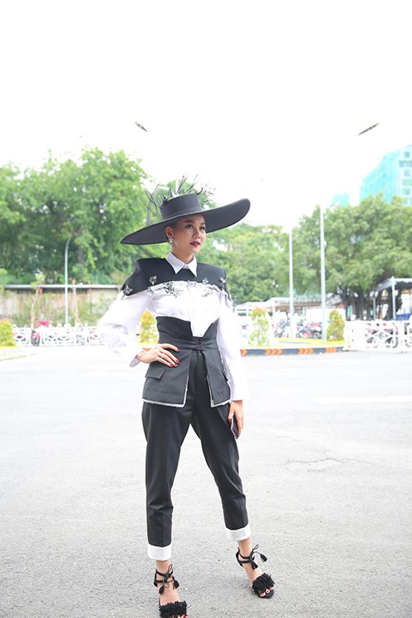 Ngay ngày đầu xuất hiện tại The Face, Thanh Hằng đã giúp mình nổi bật hơn Võ Hoàng Yến và Minh Hằng nhờ phụ kiện mũ rộng vành.