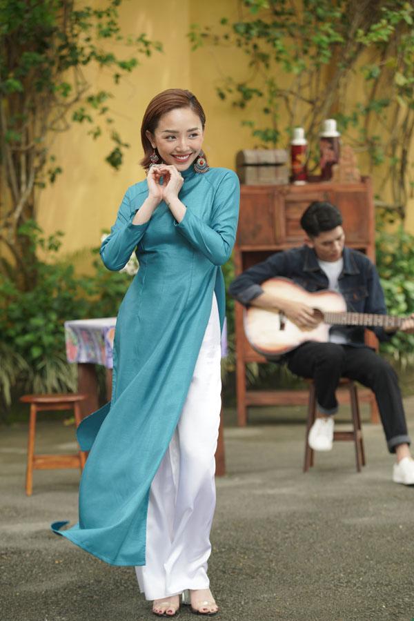 Nữ ca sĩ thể hiện nhiều phong cách và loại nhạc khác nhau.