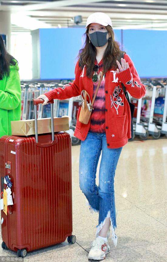 Chiều 5/11, Triệu Vy xuất hiện tại sân bay Bắc Kinh. Nữ diễn viên mặc đồ màu sắc sặc sỡ, khỏe khoắn, khẩu trang che kín mặt. Khi phóng viên chào hỏi, cô vui vẻ vẫy tay đáp lễ.