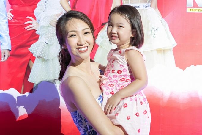 Ca sĩ Lều Phương Anh và con gái.