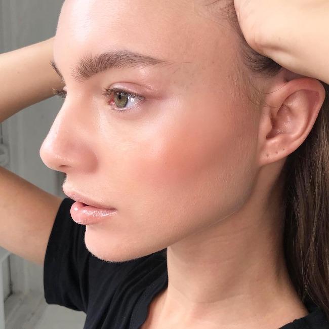 Dưỡng ẩm trước khi trang điểm sẽ giúp da trông mượt mà, bóng khỏe hơn.