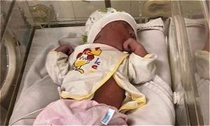 Bé sơ sinh bị bỏ trong túi bóng trên ghế đá bệnh viện