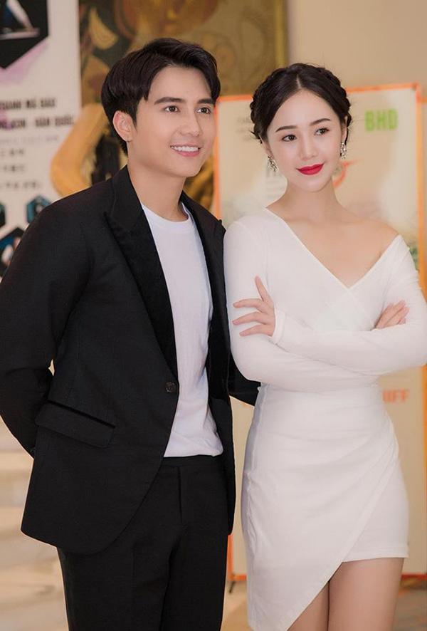 Mạnh Quân và Quỳnh Kool tại buổi họp báo phim Mẹ ơi, bố đâu rồi.