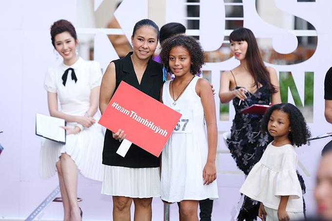 Dàn mẫu nhí hoà hứng hơn khi tham gia sự kiện vì được chính các nhà thiết kế lựa chọn về team của họ. Nhà thiết kế Thanh Huỳnh tiếp tục đồng hành cùng tuần lễ thời trang thiếu nhi 2018.