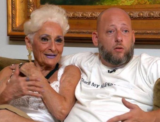 Bà Hattie và người tình kém 43 tuổi đã quen và yêu nhau hơn một năm. Ảnh: Channel 5.