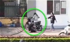 Chàng trai quỳ gối ôm chân bạn gái trước cổng trường