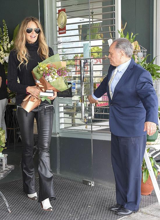 Elle Macpherson rời cửa hàng hoa hôm 5/11 với tinh thần phấn chấn.