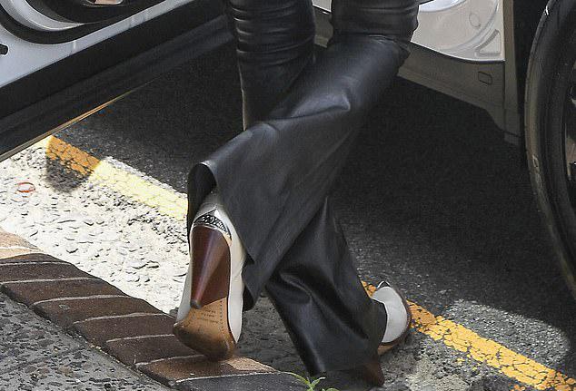 Tuy nhiên, Elle không lường trước được sự cố do đôi giày cao gót gây nên.