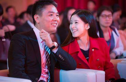 Lưu Cường Đông và vợChương Trạch Thiêntrong một sự kiện năm 2015. Ảnh: CFP.