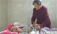 Người đàn ông tỉnh lại sau 12 năm hôn mê nhờ mẹ già chăm sóc