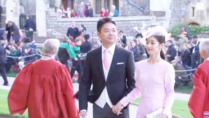 Vợ chồng Lưu Cường Đông ở đám cưới Công chúa Eugenie hồi tháng trước tại Lâu đài Windsor. Ảnh: Shanghaiist.