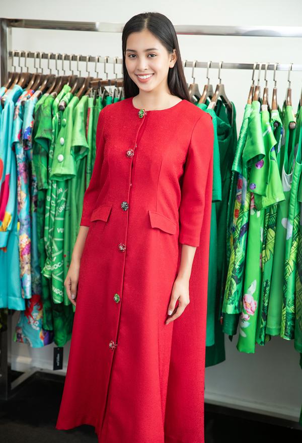 Tiểu Vy vừa có buổi thử trang phục tại showroom của hai nhà thiết kế Vũ Ngọc và Son tại TP HCM.