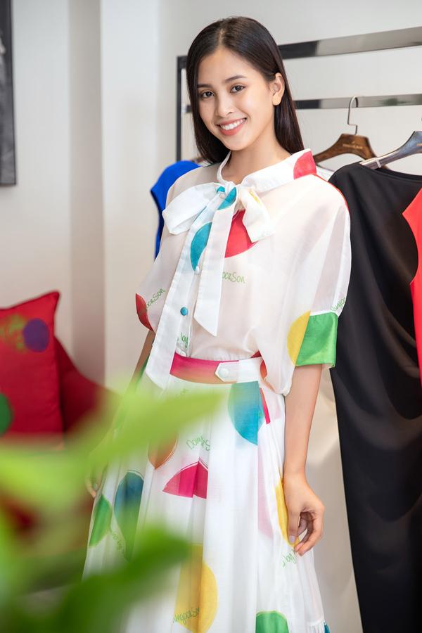 Thời gian này, Tiểu Vy đang nỗ lực trau dồi khả năng ngoại ngữ và chuẩn bị hành trang cho chuyến đi Trung Quốc.
