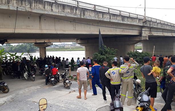 Người dân kéo đến cầu Bồng Lạng theo dõi công tác tìm kiếm hai nạn nhân nhảy cầu tối 7/11.