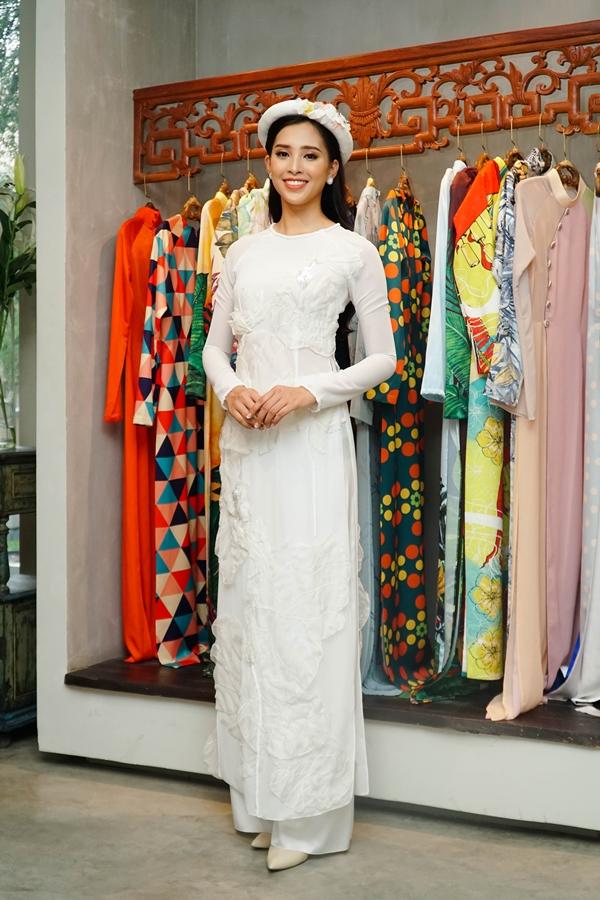 Tiểu Vy cũng chuẩn bị các trang phục áo dài từ nhà thiết kế Thủy Nguyễn cho Miss World. Chung kết cuộc thi sẽ diễn ra vào tối 8/12. Đương kim Hoa hậu Thế giới là Manushi Chhillar đến từ Ấn Độ.