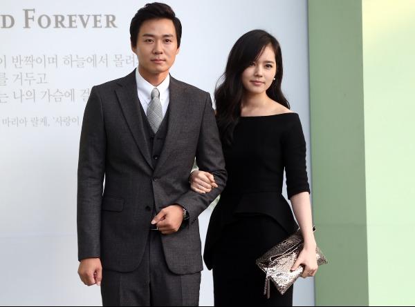 Han Ga In và Yeon Jung Hoon quen biết nhau sau khi tham gia tác phẩm truyền hình nổi tiếng Khăn tay vàng năm 2003. Tài tử họ Yeon là người chủ động theo đuổi mỹ nhân không dao kéo xứ Hàn. Sau 2 năm hẹn hò, Han Ga In quyết định lên xe hoa khi mới 23 tuổi và sự nghiệp đang ở thời kỳ đỉnh cao. Yeon Jung Hoon trở thành kẻ thù số một của nhiều nam diễn viên và người hâm mộ Ga In vì đã thành công rướcnàng về dinh dù không đẹp trai như các tài tử khác. Hiện tại, cặp đôi chung sống hạnh phúc bên công chúa nhỏ đầu lòng ra đời vào năm 2016.