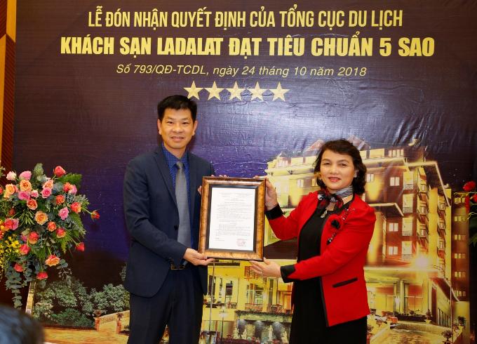 Bà Nguyễn Thị Nguyên - Giám đốc Sở Du lịch tỉnh Lâm Đồng đại diện trao quyết định công nhận khách sạn 5 sao cho ông Lê Hữu Nghĩa - Giám đốc khách sạn Ladalat.