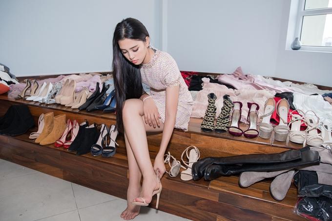 Lịch trình cuộc thi kéo dài 1 tháng nên Tiểu Vy chuẩn bị khá nhiều trang phục, giày cao gót, phụ kiện trang sức.