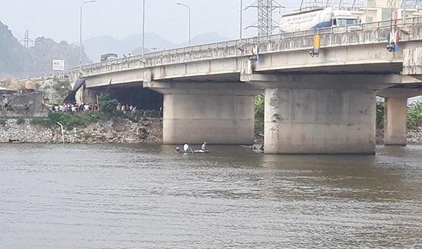 Hiện trường nơi xảy ra vụ nhảy cầu tự tử khuya 7/11 tại địa phận xã Thanh Nghị, huyện Thanh Liêm, Hà Nam.