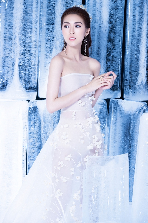 Tường Linh diện váy xuyên thấu, khoe vai trần và eo thon. Những cánh hoa 3D đính kết tỉ mỉ trên nền voantôn nét yêu kiều.