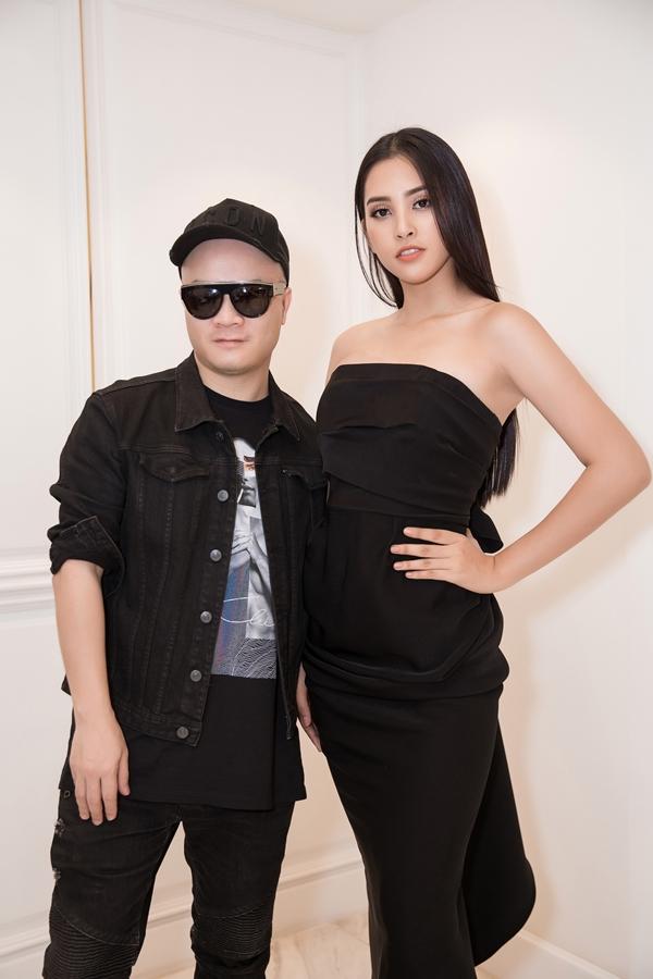 Để chuẩn bị cho cuộc thi, Tiểu Vy nhờ đến sự hỗ trợ của nhiều nhà thiết kế nổi tiếng. Trong ảnh, Hoa hậu khoe vóc dáng trong một chiếc đầm cúp ngực của nhà thiết kế Đỗ Mạnh Cường.