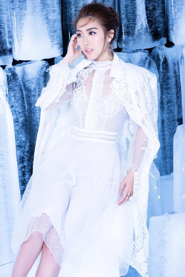 Hoa hậu chọn váy ngắn nhấn nhá họa tiết ren, kết hợp ton-sur-ton áo khoác ngoài thanh lịch.