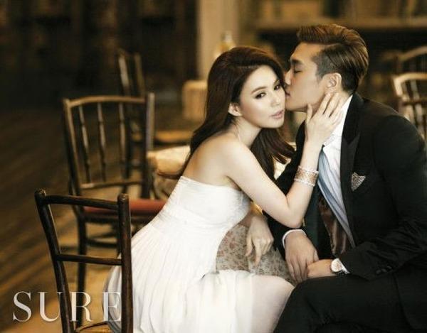 Jin Tae Huyn và đàn chịPark Shi Eun quen biết nhau khi cùng tham gia bộ phim Pure Pumpkin Flower năm 2010. Sau vài tháng tìm hiểu cả haitiến đến hẹn hò. 3 năm sau, cặp đôi tiếp tục tái ngộ trên màn ảnh nhỏ qua tác phẩm Take my hand. Năm 2015, hai người quyết định kết hôn sau 5 năm hẹn hò. Hiện tại, Park Shi Eun và Jin Tae Huyn chung sống hạnh phúc dù chưa có con cái.