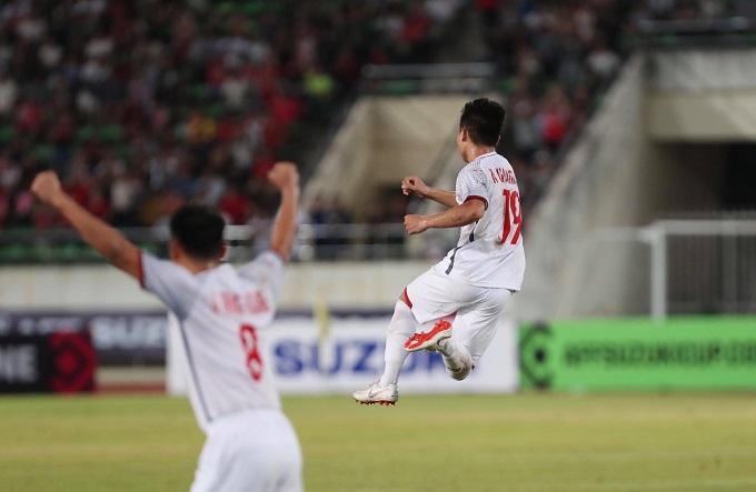 Đây là bàn thắng đầu tiên của Quang Hải ở AFF Cup 2018. Pha sút phạt cũng cho thấy tiền vệ ngôi sao của Hà Nội FC đang có phong độ cao thế nào. Ảnh: Đức Đồng.