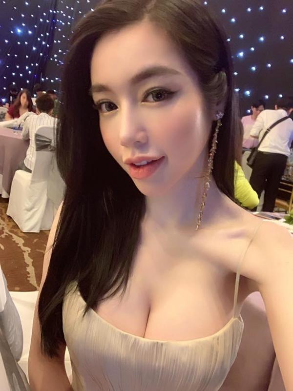 Tại sự kiện, Elly Trần chụp một bức ảnh selfie đăng tải trên trên cá nhân. Nhiều khán giả nhận ra Elly trông gầy guộc khác lạ, đặc biệt phầnvai,cánh tay tong teo như da bọc xương.
