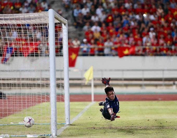 Quang Hải vẽ một đường cong tuyệt đẹp đưa bóng vào góc dưới khung thànhkhiến thủ môn Lào, người đã chơi rất tốt trước đó, chỉ có thể bay người trong vô vọng. Ảnh: Lâm Thỏa.